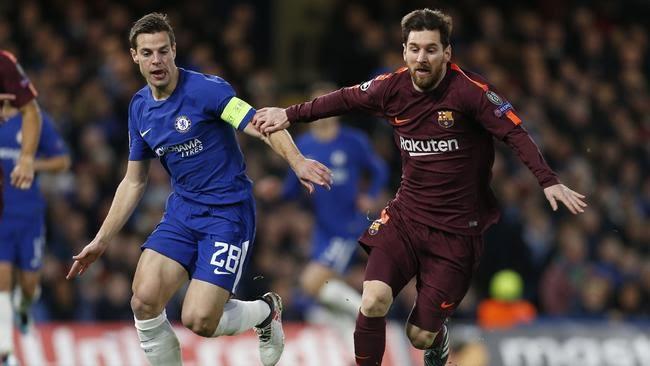 Chelsea's Spanish defender Cesar Azpilicueta (L) vies with Barcelona's Argentinian striker Lionel Messi (R)
